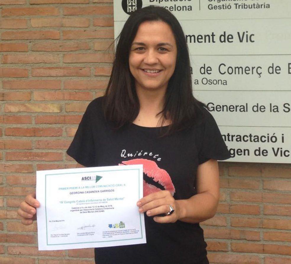 La doctoranda Georgina Casanova, després de rebre el premi per la seva comunicació.