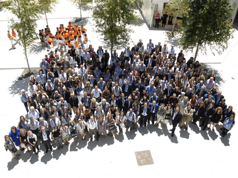 The participants during the meeting, at the Catalunya Campus square, together with the colla Els Pataquers from URV (Photos EUA-FURV).