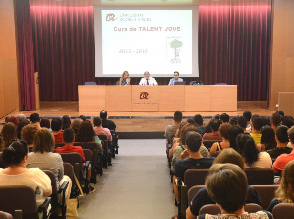 d'esquerra a dreta la professora de secundària Mònica Orpí, el coordinador del curs Francesc Díaz, i el director de l'ETSE Domènec Puig.