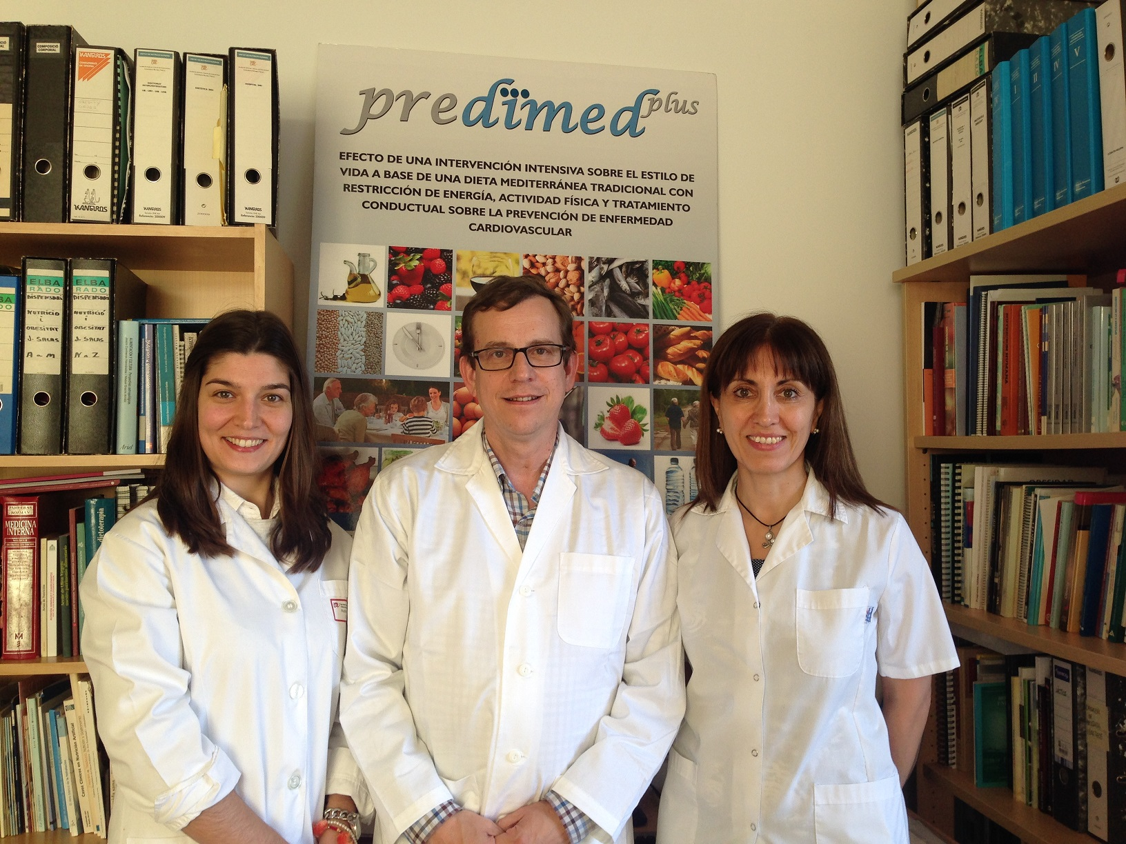 Els investigadors Cíntia Ferreira-Pêgo, Jordi Salas-Salvadó i Nancy Babio, autors de l'estudi.