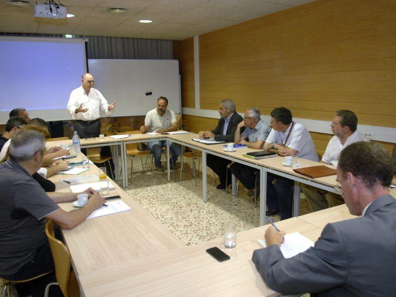 El president del Consell, Francesc Xavier Grau, s'adreça als membres assistents a la sessió.