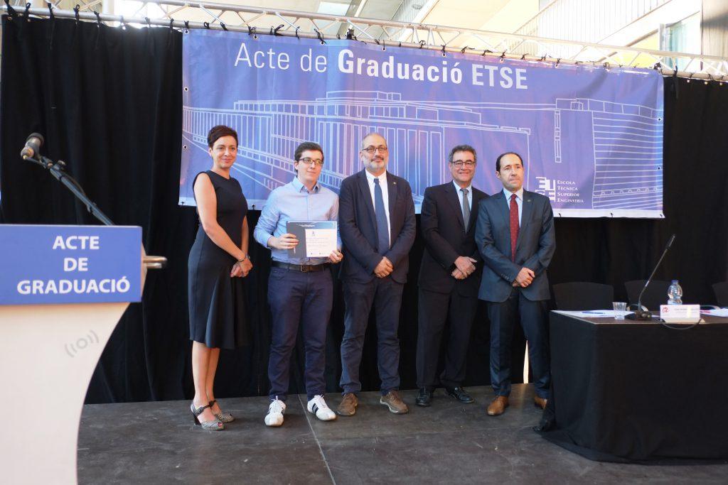 Una de les empreses participants, Caixa d' Enginyers, amb un dels alumnes premiats.