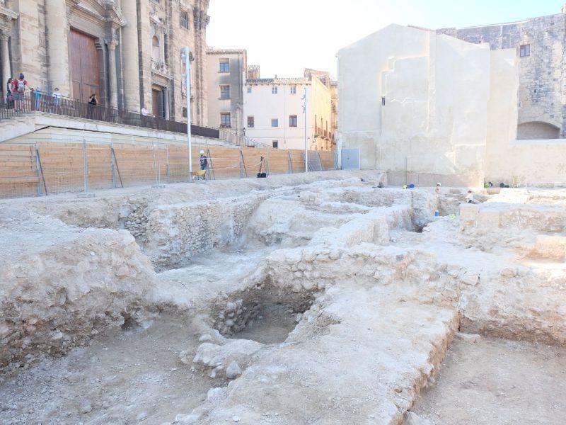 Murs de muralla romana que s'han posat al descobert davant de la Catedral de Tortosa.