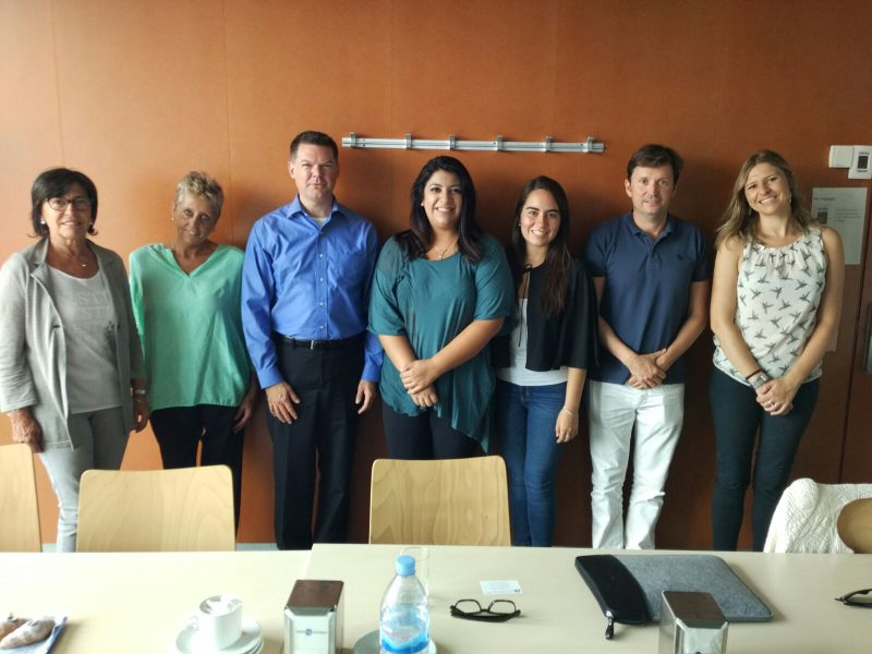 John Lucas (third to the left) with, from left to right, mobility coordinators at the Faculty of Arts Cristina Andreu and Natàlia Català, ISEP students, Albert Fonts, mobility coordinator of the Faculty of Business and Georgina Grau, from the I-Center.