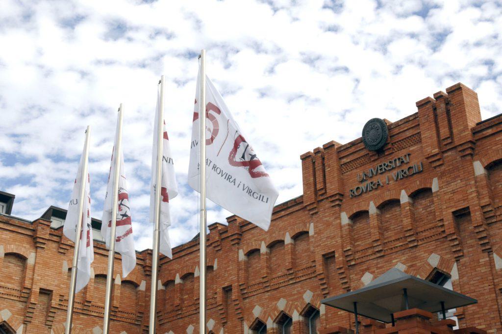 Al rectorat de la URV ja onegen les banderes dels 25 anys de la Universitat.