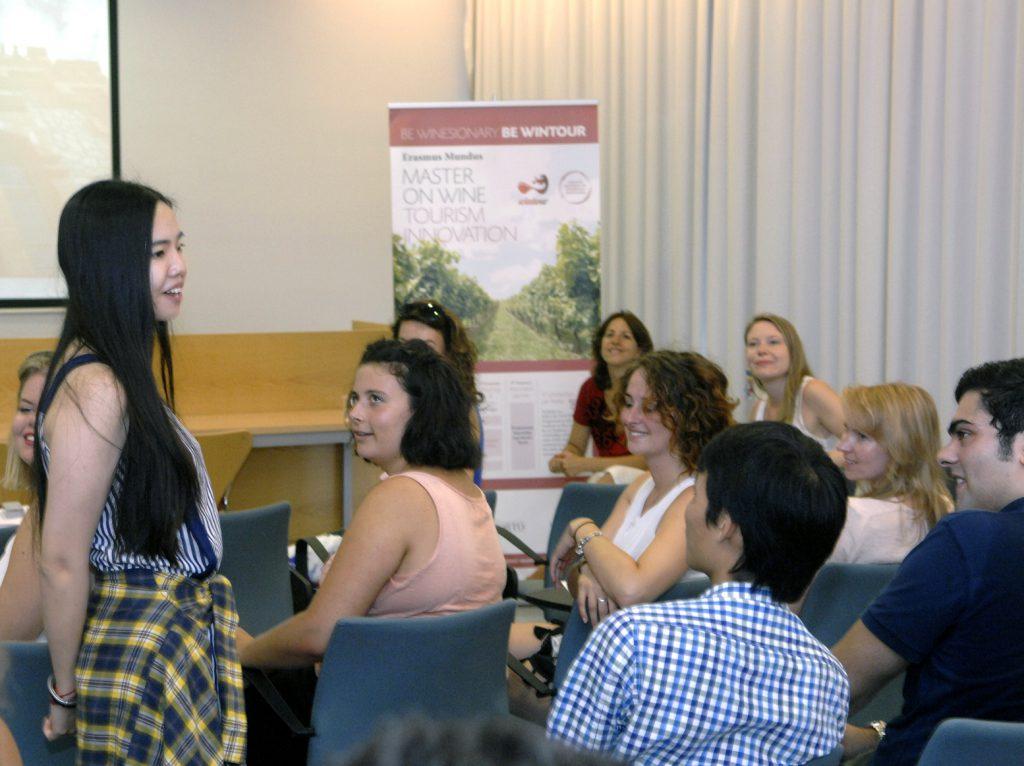 Una estudiant intervé en la jornada de presentació del màster.