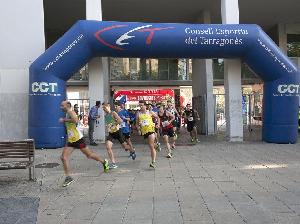 Els corredors arriben al campus Catalunya.
