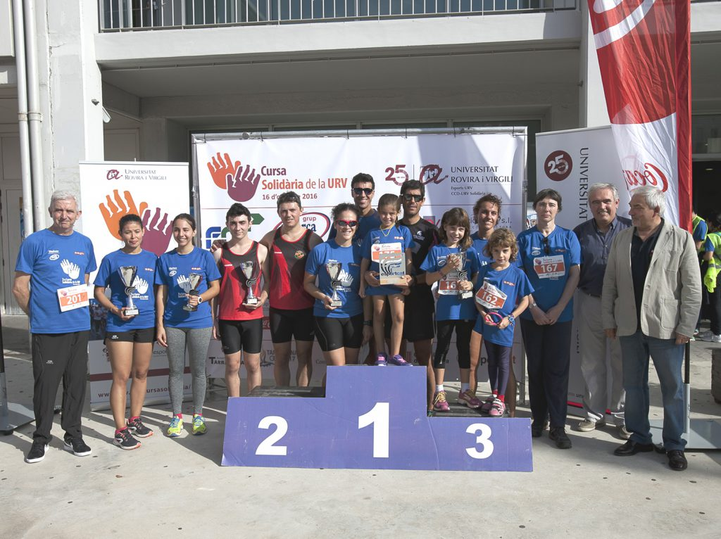 Els guanyadors de la Cursa 2016 acompanyats de nens