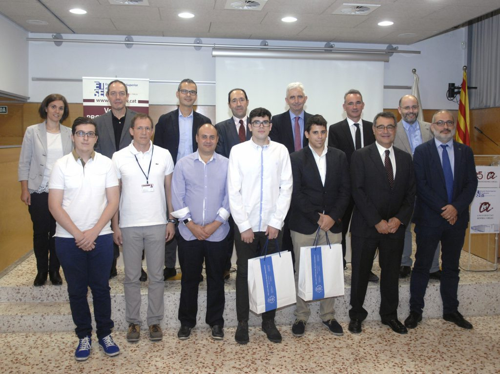 Els estudiants premiats, acompanyats de representants universitaris i dels col·legis professionals.