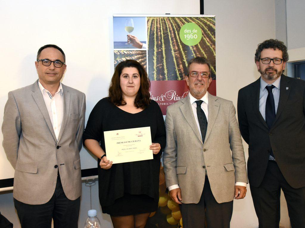 Júlia Alegre recull el premi en nom de Miquel Gelabert.