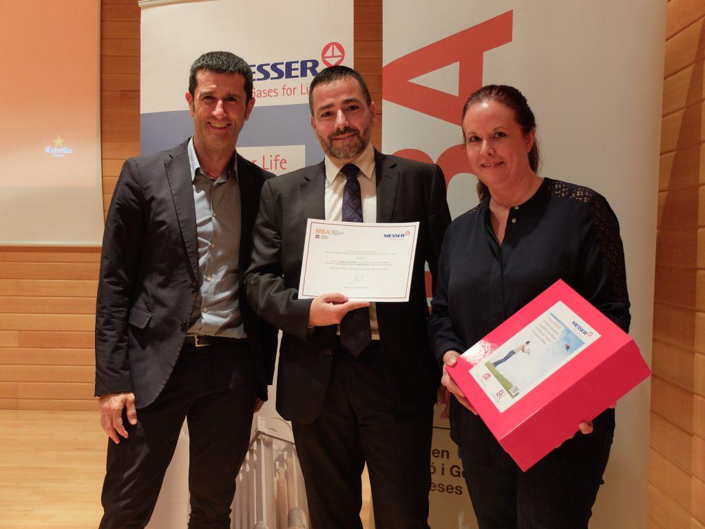 D'esquerra a dreta Rubén Folgado, director tècnic de Messer Ibérica, Carlos Gracia, l'alumne premiat, i Marion Riedel, responsable de Comunicació i Màrqueting d'aquesta empresa.