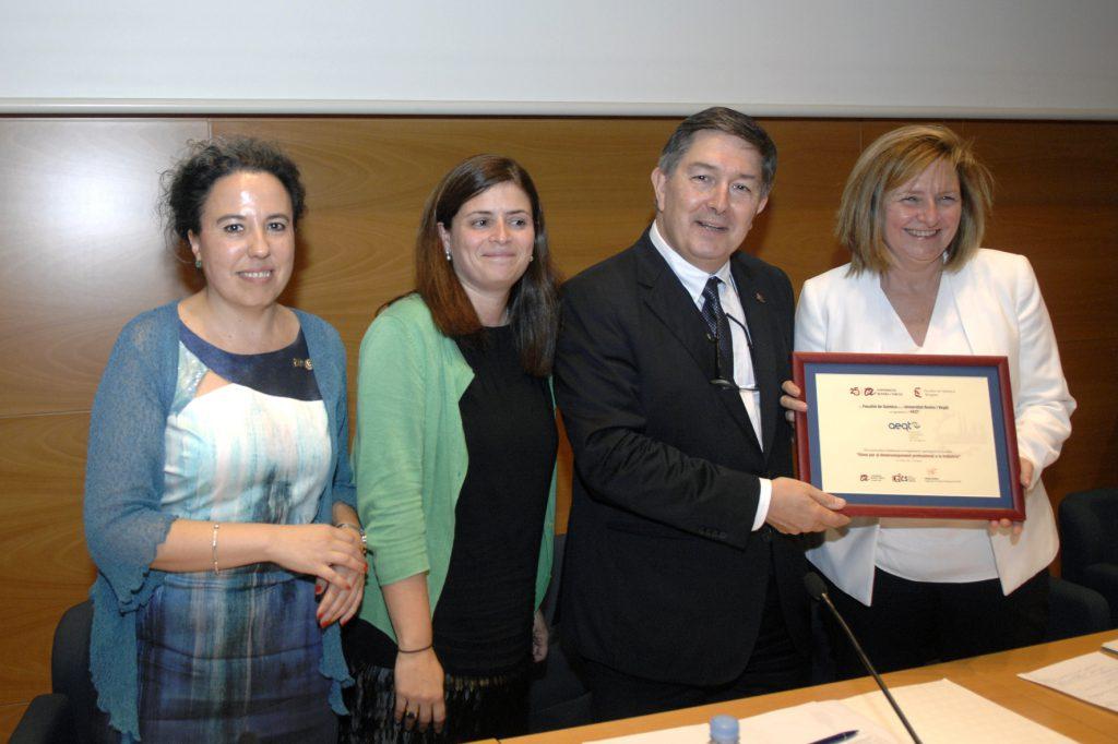 El rector lliura el reconeixement a Teresa Pallarès de l'AEQT.