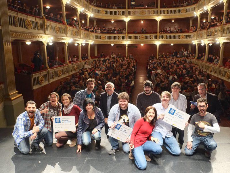 Els participants del concurs davant del públic que ha omplert el Bartrina.
