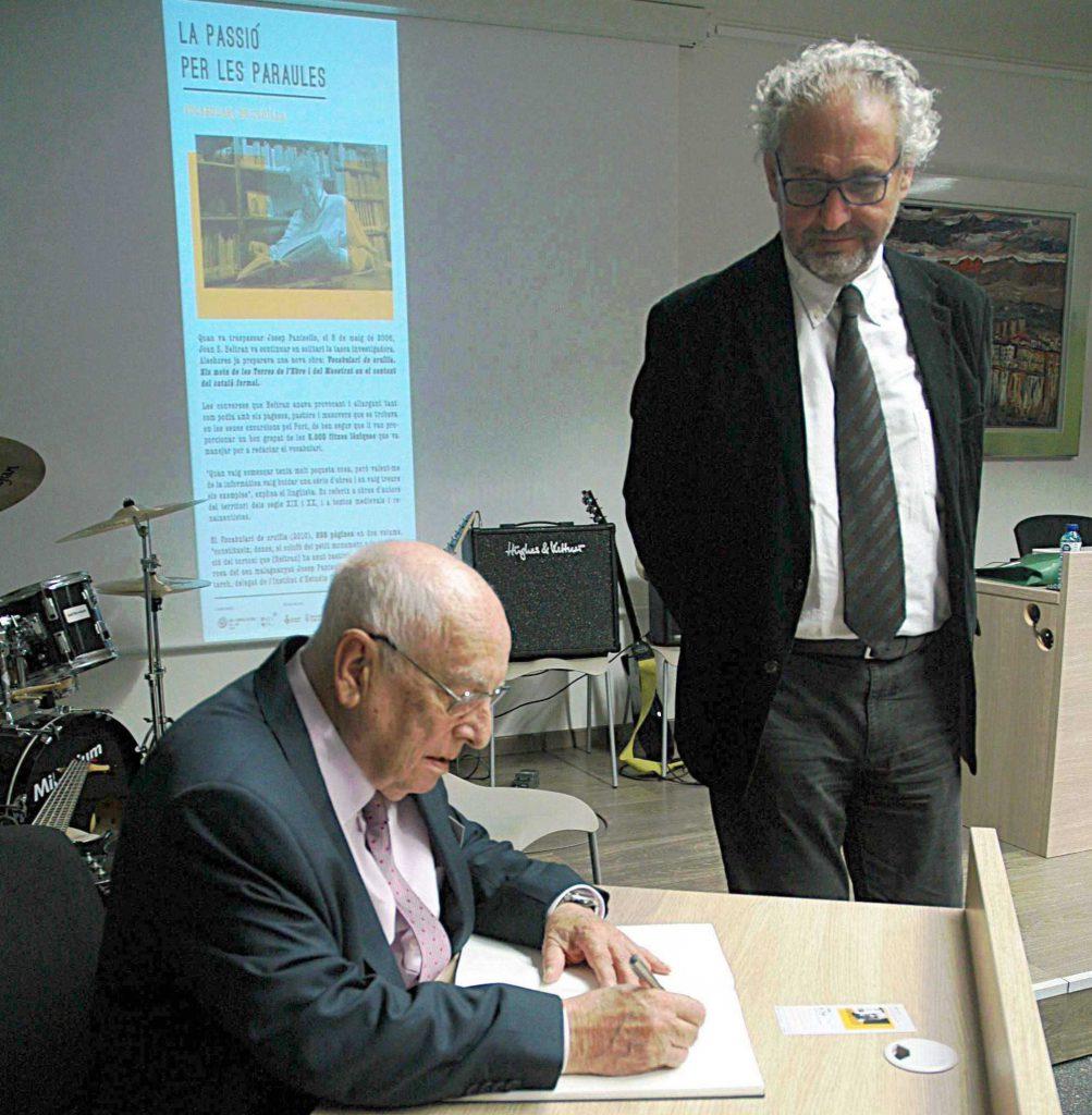 El lingüista Joan Beltran amb el director del campus, Azael Fabregat.