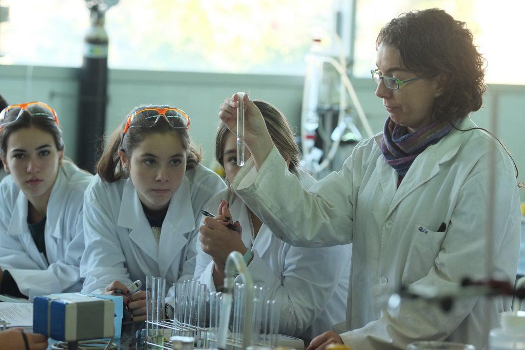 Taller sobre visualització de microalgues, als laboratoris de l'ETSEQ.