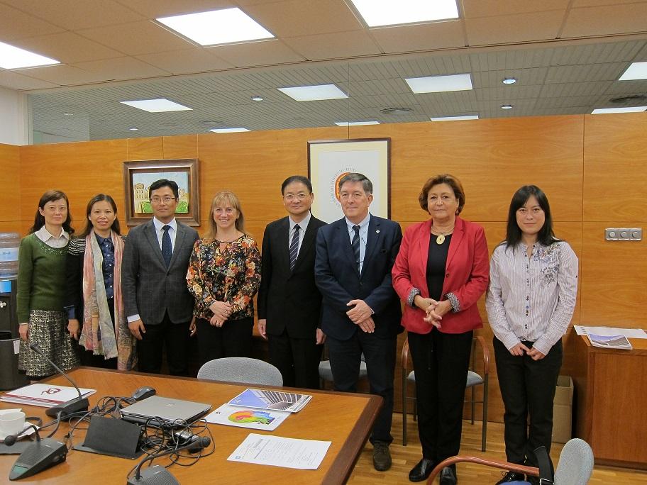 Delegació de la Universitat de Changzhou amb la vicerectora d'internacionalització de la URV, Mar Gutiérrez-Colón, el rector Josep Anton Ferré i Esther Forgas, directora del Centre d'estudis Hispànics