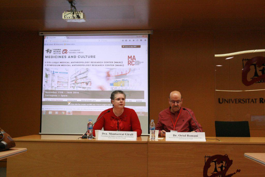 La vicerectora Montserrat Giralt i el professor Oriol Romaní, en la presentació del Col·loqui.
