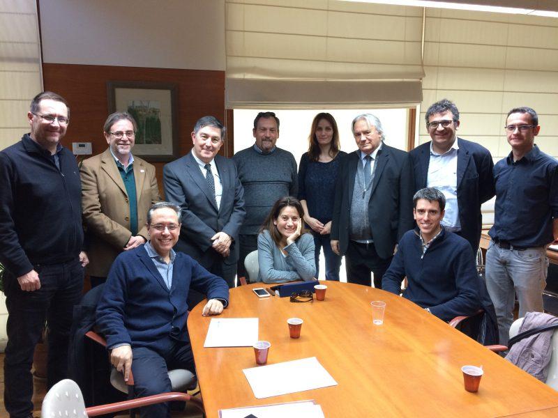 Els tres seleccionats, amb els representants de les empreses i dels departaments de la URV on s'incorporen, junt  amb el rector de la URV, Josep Anton Ferré , els vicerectors de Política Científica i de Recerca -Josep Manel Ricart- i de Transferència i Innovació -Miquel Àngel Bové- i el responsable del nou programa, Jordi Cartanyà.