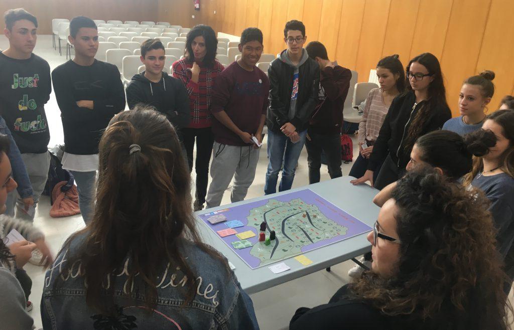 Estudiants de l'IES Jaume I de Salou, durant un dels tallers.