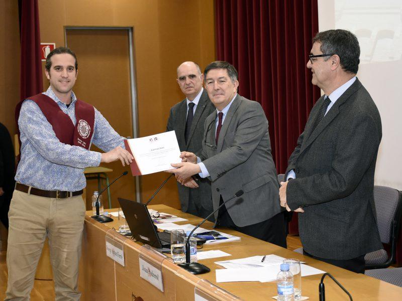 Els doctors i doctores han rebut un diploma de mans dels representants de la institució.