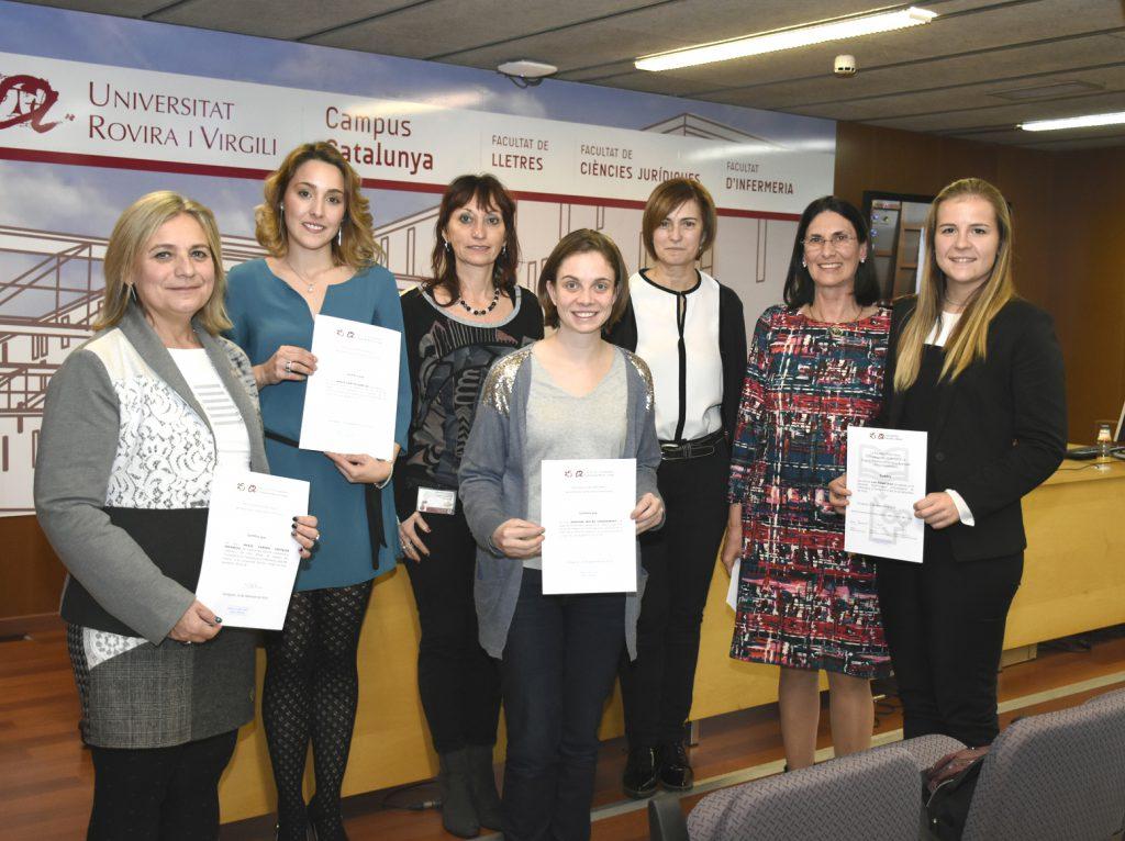 Algunes estudiants el màster universitari en Investigació en Ciències de la Infermeria, amb els seus diplomes.