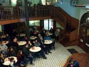 El professor David Riaño, durant la conferència que va fer al cafè La Cantonada el 14 de gener.