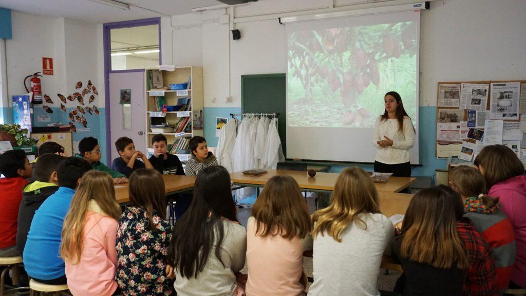 La investigadora del Departament de Bioquímica i Biotecnologia de la URV, Katherine Gil, ha impartit el primer taller.