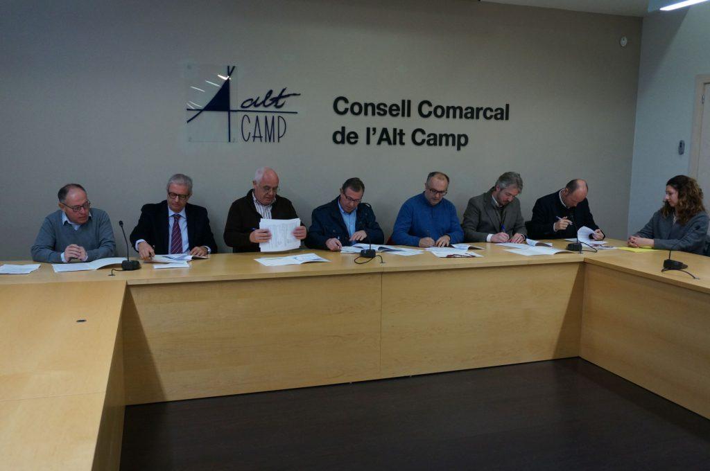 Representants de la URV, APQUA, el Consell Comarcal de l'Alt Camp i sis empreses de la zona.