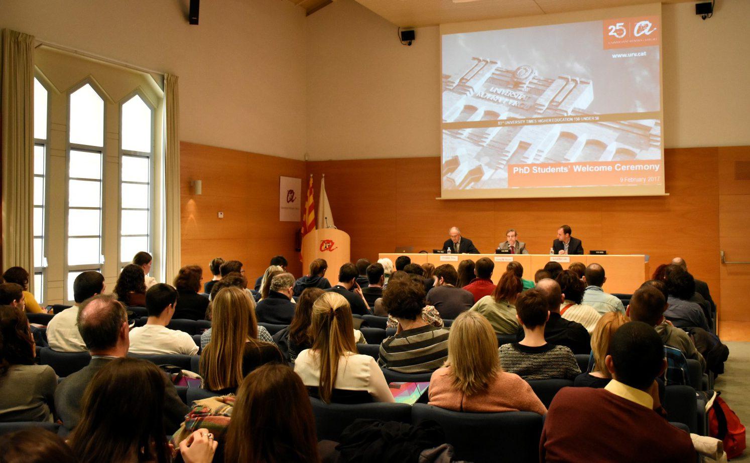 Al fons de la imatge, Francesc Díaz, Josep Manel Ricart i Ignasi Salvadó, que van conduir l'acte de benvinguda als doctorands.