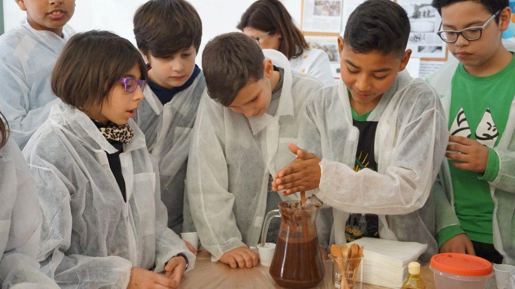 Els estudiants van poder preparar una beguda de cacau com la feien els asteques.