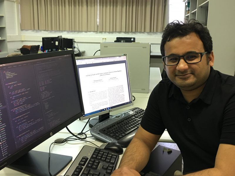 L'investigador Mohammed Jabreel, treballant amb el sistema Sitaka.
