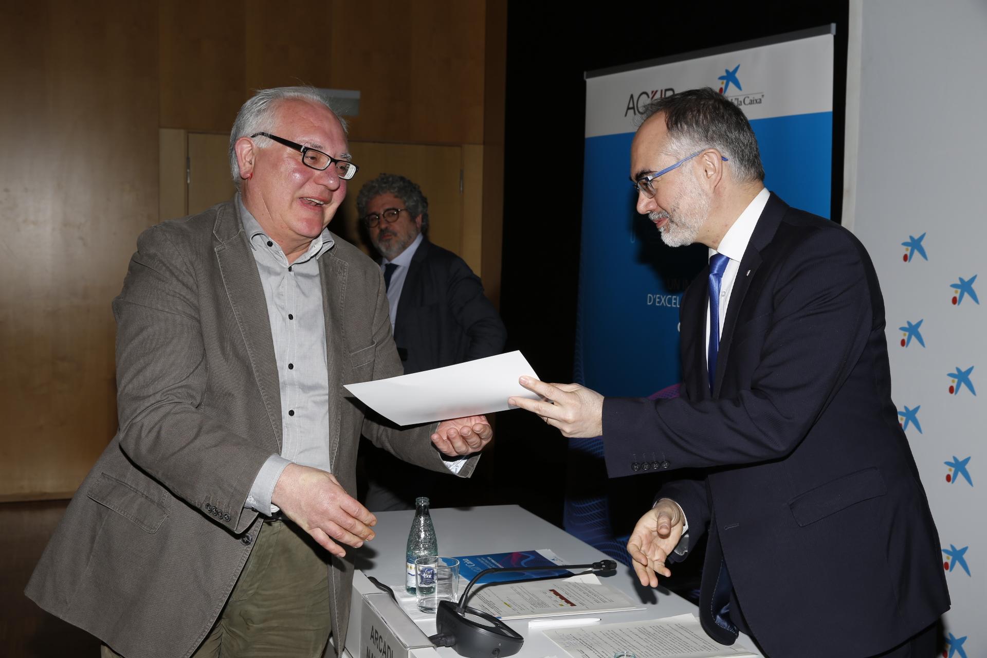 Antoni Vidal, del Departament de Gestió d'Empreses, recollint el diploma.