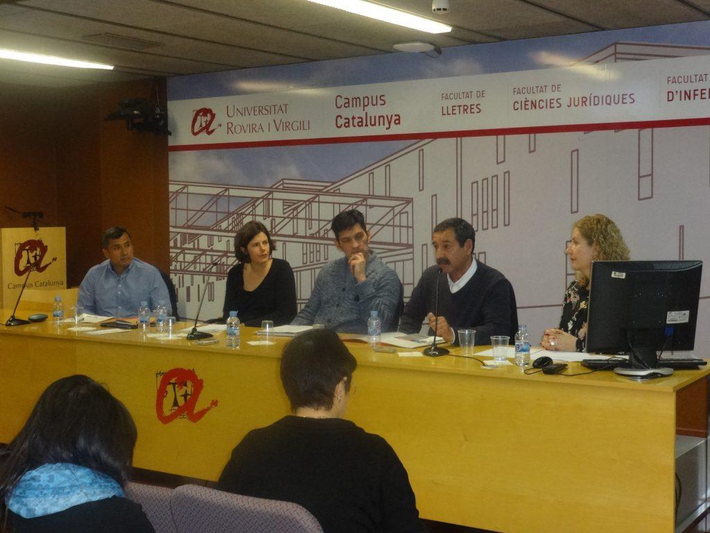 A la mesa tres cuidadors remunerats, i les professores Blanca Deusdad i Mireia Roca.