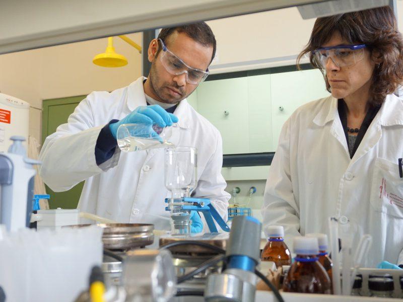 Sameer S. Lakade y Núria Fontanals, dos de los investigadores del proyecto.