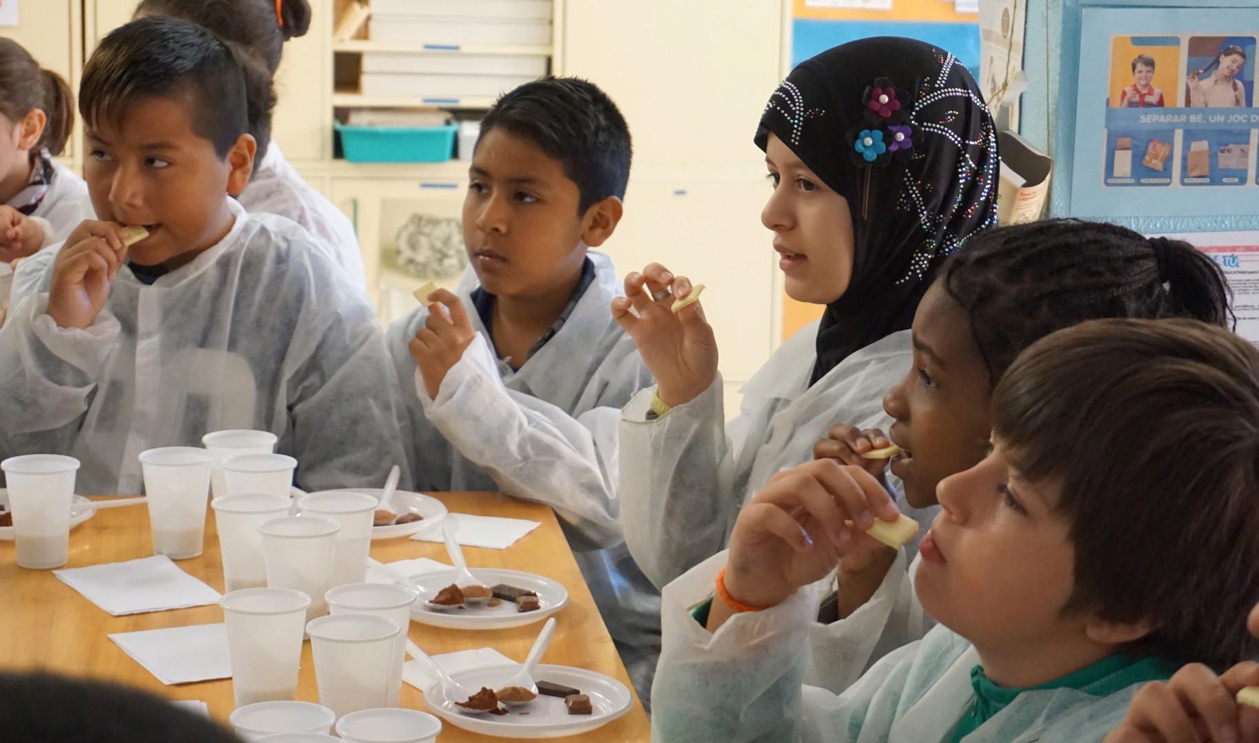 Els alumnes van tastar cinc tipus de xocolata diferents.