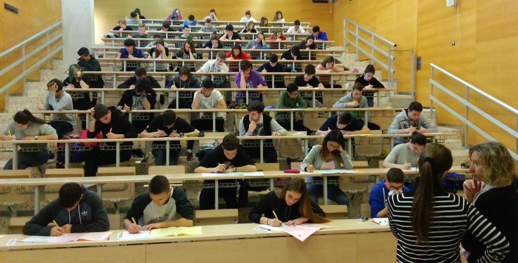 Un grup d'estudiants fent la prova en un aula del campus Sescelades.