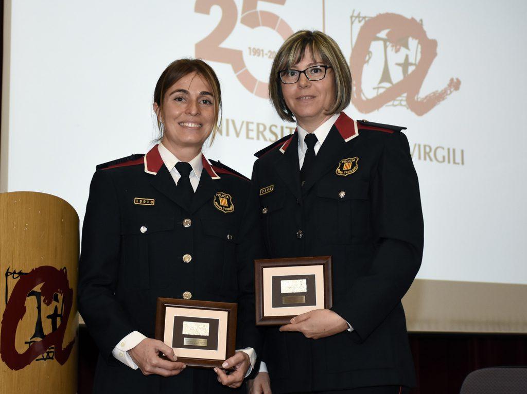 A la izquierda Maite Saval, de la Regió Policial del Camp de Tarragona, e Isabel Ormad, de la Región Policial de las Terres del Ebre, con las distinciones.