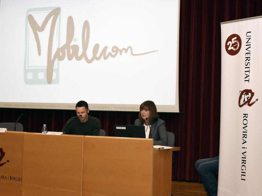 Dos membres de l'equip MobileCOM presentant el projecte