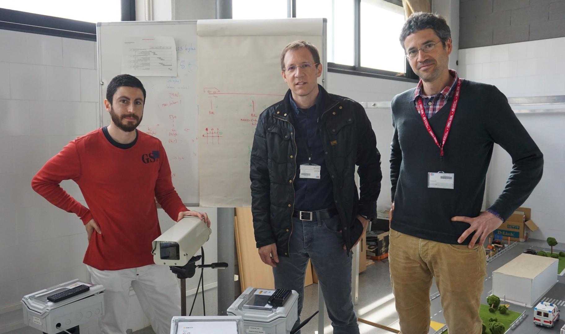 Els investigadors Carles Anglès-Tafalla, Jordi Castellà-Roca i Josep Maria Gastó, amb el prototip de l'Spark&Go.