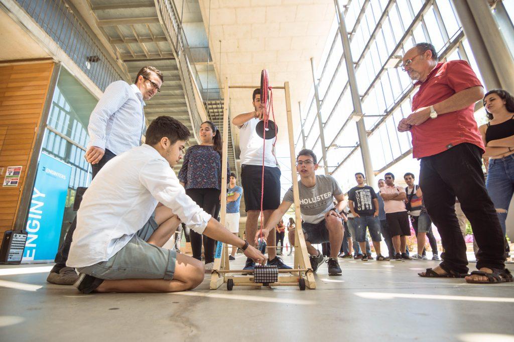 Estudiants d'Enginyeria Mecànica durant el concurs. Foto: Ildefonso Cuesta.
