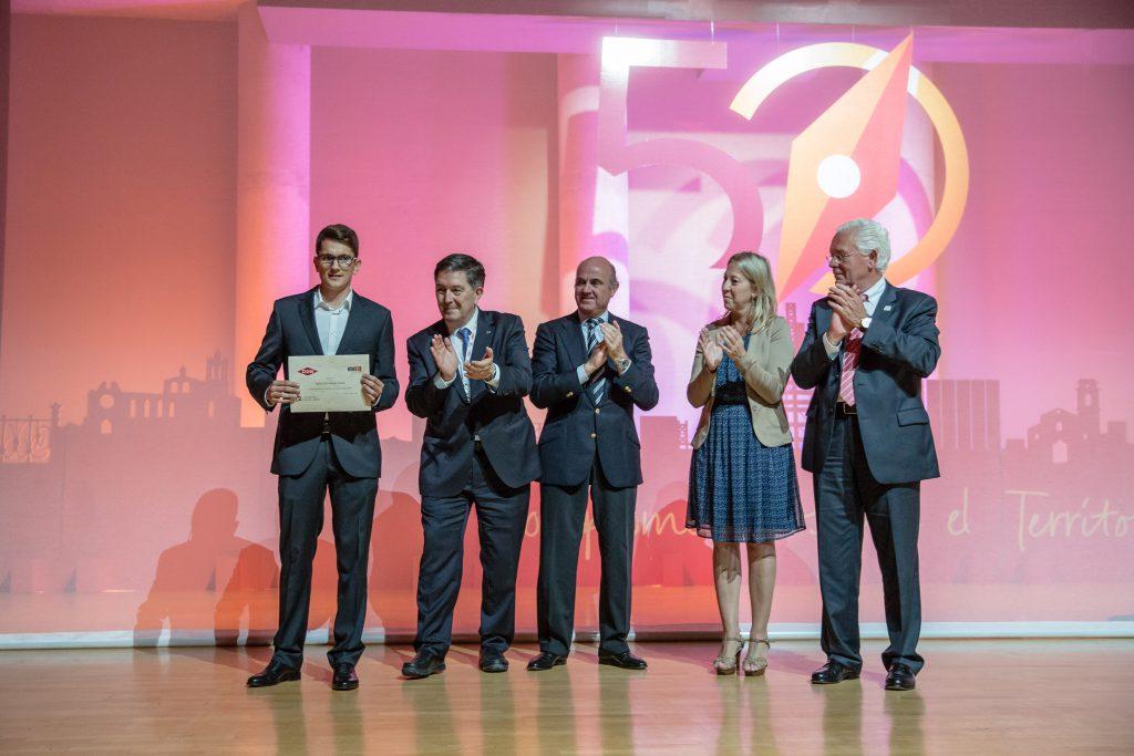 Sergi Rocamora (a l'esquerra), recollint el seu premi al costat de Josep Anton Ferré, Luis de Guindos, Neus Munté i Heinz Haller.