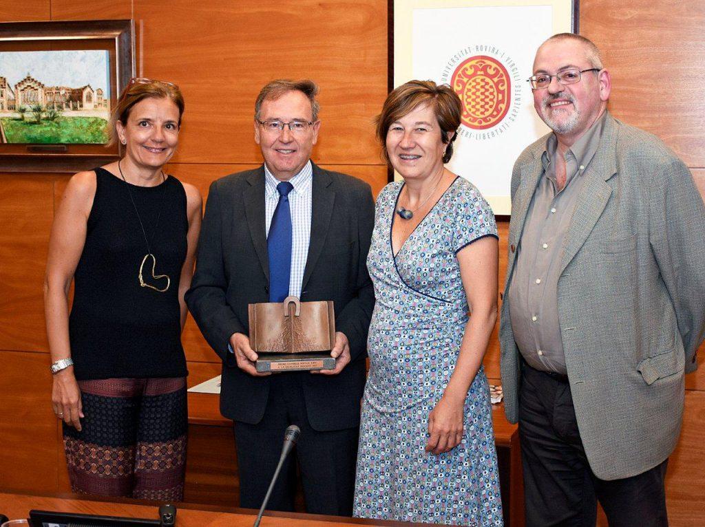 Els professors Laura Román, Antoni Carreras, Catalina Jordi i Antoni Pigrau, amb el premi.