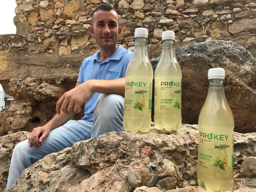 Alberto Hurtado, con algunas de las variedades de kéfier de agua que comercializa Prokey Drinks.