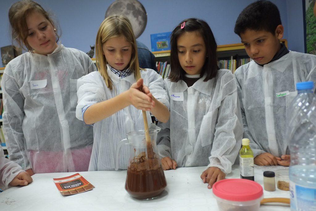 Els nens i nenes van preparar la beguda de cacau que es feia en l'època asteca.