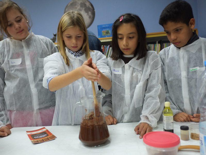 Los niños y niñas prepararon la bebida de cacao que se hacía en la época azteca.