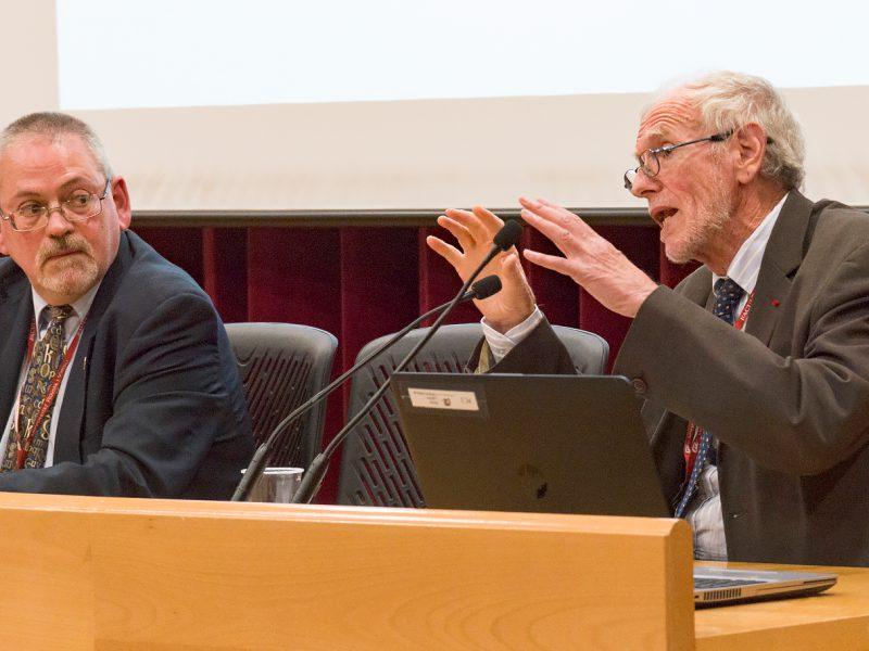 Antoni Pigrau, director del CEDAT de la URV amb Michel Prieur, de la Universitat de Limoges, durant la ponència sobre drets humans dels desplaçats ambientals.