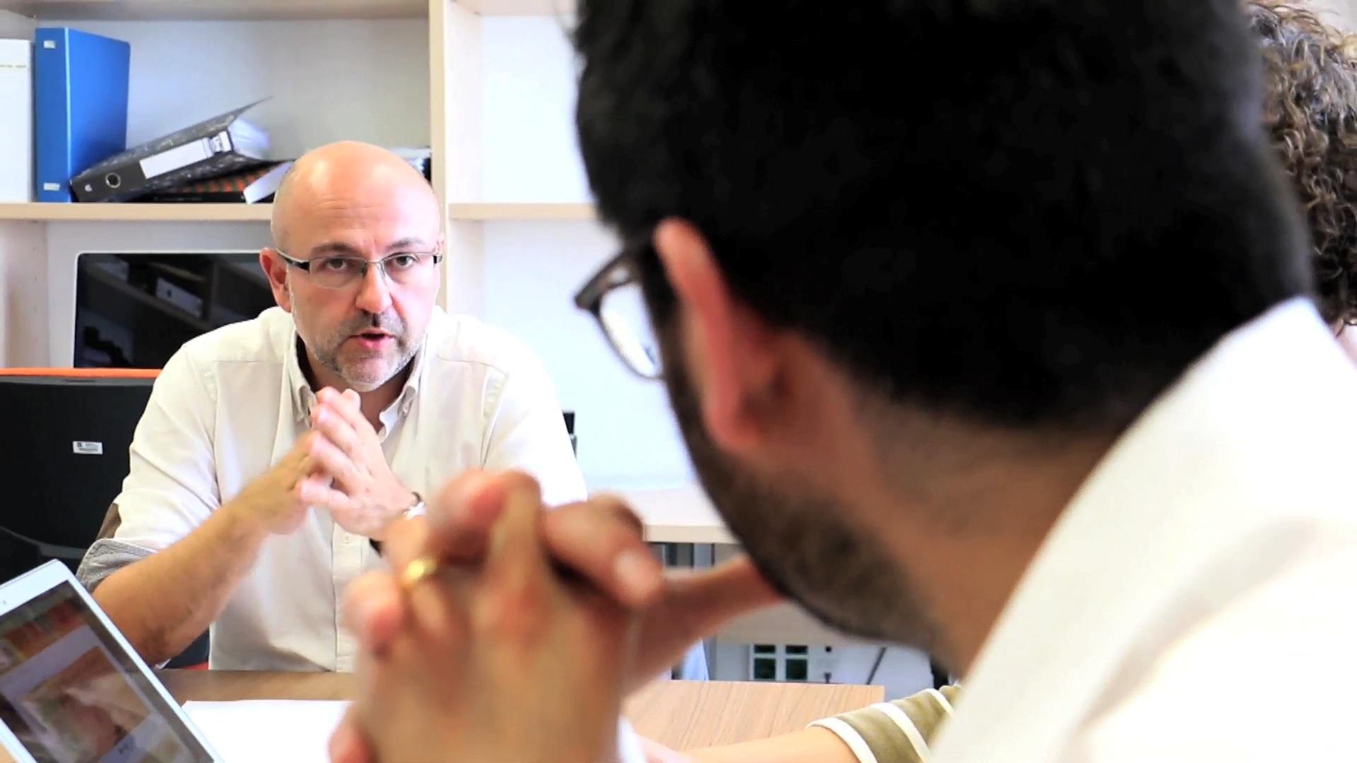 Els vídeos mostren l'investigador al seu entorn de treball. A la fotografia, Sergio Nasarre, director de la Càtedra d'Habitatge de la URV.