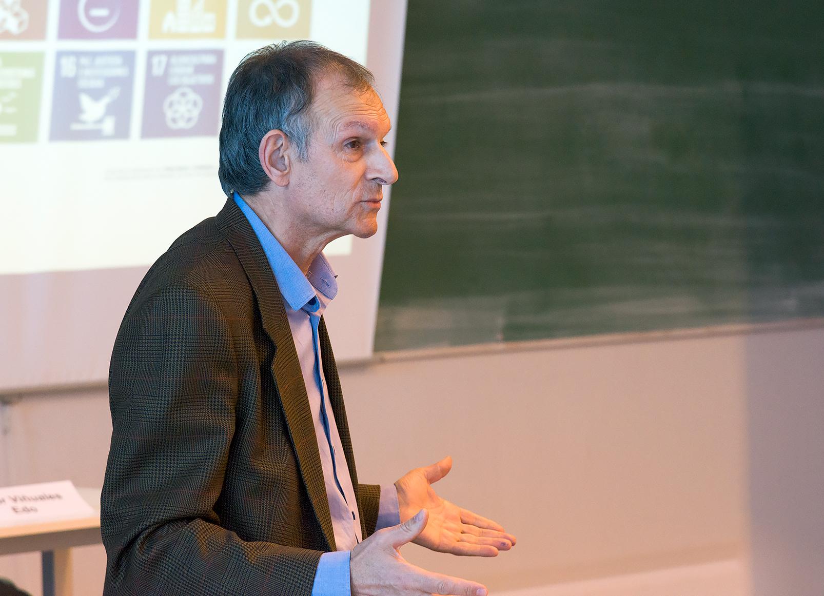 """Víctor VIñuales, director de la Fundación Ecología y Desarrollo, va participar a la sessió siultània """"Les empreses davant del canvi climàtic""""."""