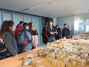 Els estudiants, durant una visita guiada a l'Escola Tècnica Superior d'Arquitectura.