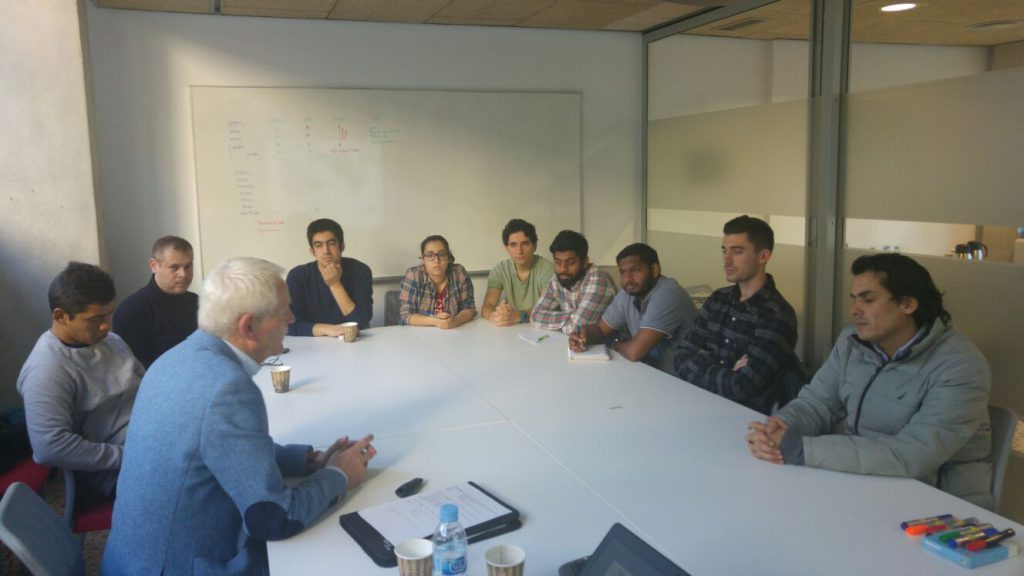 Un momento de la reunión de Tinus Van de Pas con los estudiantes.